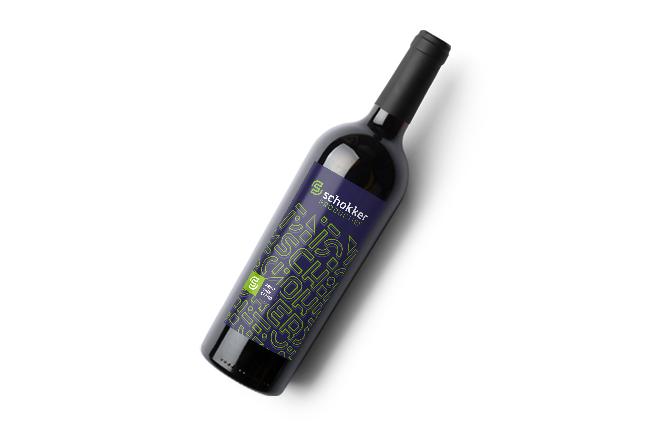 Wijnfles met etiket in eigen huisstijl van Schokker Producties.