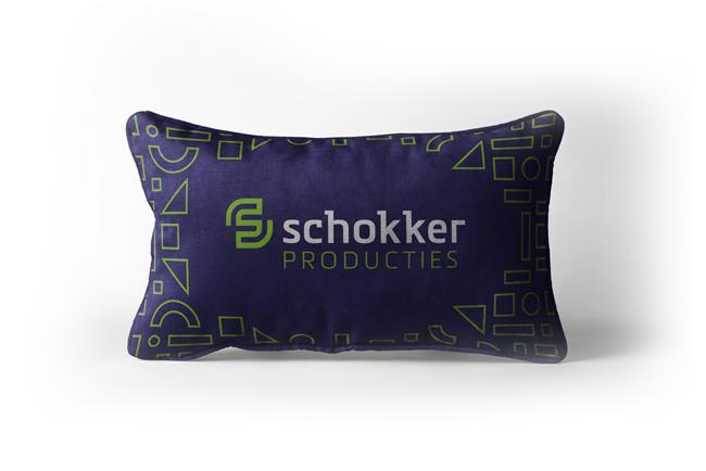 Textiel kussen bedrukt met eigen logo en huisstijl van Schokker Producties.