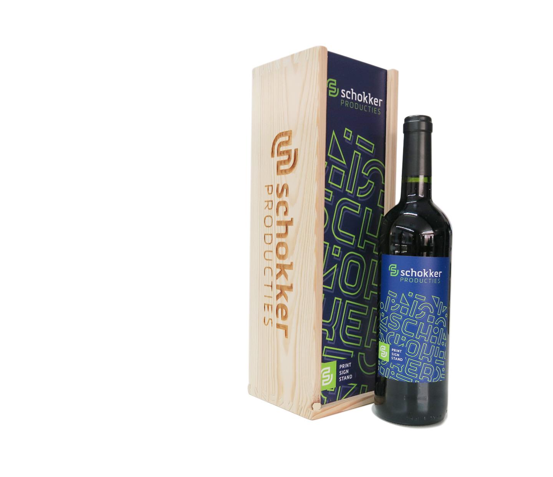 houten wijnkist lasergraveren met logo en bijpassende wijnfles met etiket in eigen huisstijl.